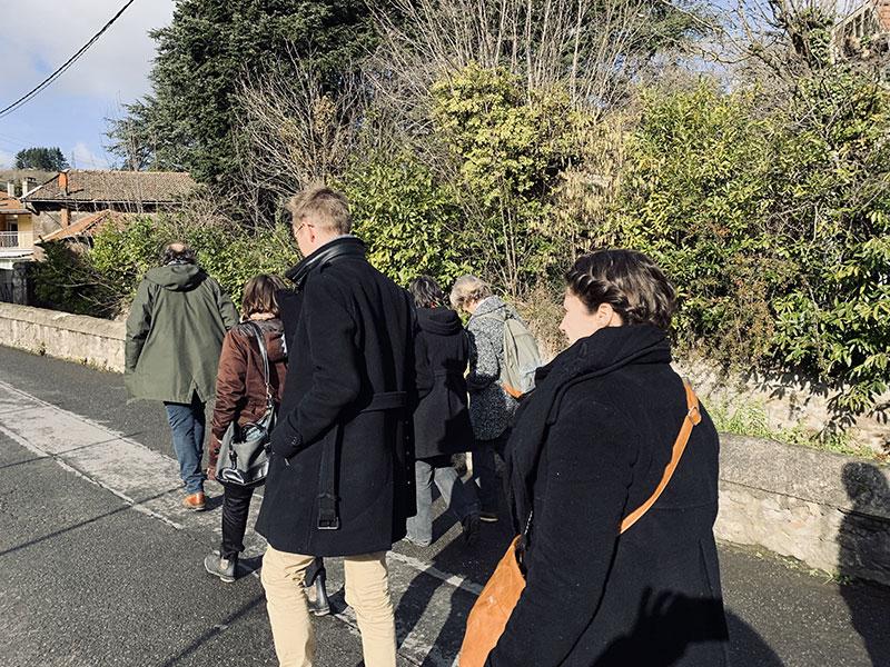 Photo en chemin de la visite du terrain lors de la première réunion publique du projet d'habitat participatif de la rue de Paradis à saint-Chamond - Chez moi demain AMO du projet