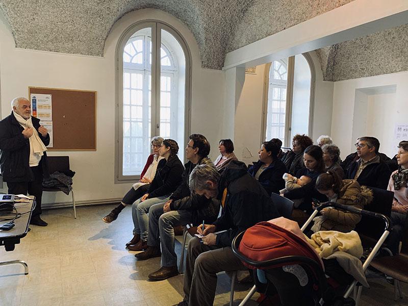 Photo de l'intervention de maître Brun, notaire lors de la première réunion publique du projet d'habitat participatif de la rue de Paradis à saint-Chamond - Chez moi demain AMO du projet