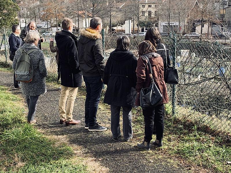 Photo prise pendant la visite du terrain depuis le chemin de halage lors de la première réunion publique du projet d'habitat participatif de la rue de Paradis à saint-Chamond - Chez moi demain AMO du projet